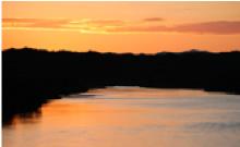 刈穂蔵裏手の雄物川の夕景